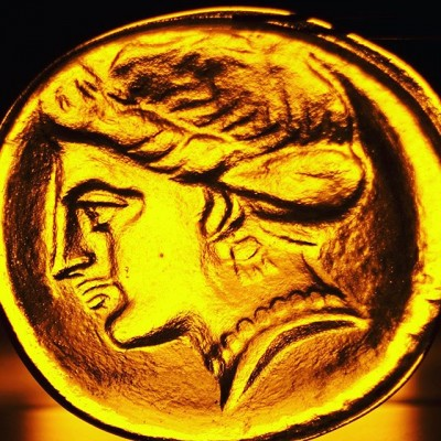 #Афродита - огнём рождённая 🔥художественное #литьё стекла.  Увеличенная копия греческой монеты весом 1.5 кг.🔥 #customglass #glassworks #glasablowing #glassblowing #glass #firstglassm #hotglass #hot #литьестекла #медальон #стеклоназаказ#литьестекла#художественноелитье#стеклодув#стеклодувмосква#стеклодувнаямастерская#стекло#барельефизстекла#moltenglass